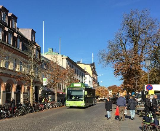 Transporter är en del av gatubilden. Foto Simon Svendler, praktikant Länsstyrelsen 2018.