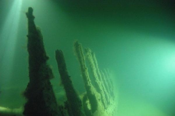 Undervattensbild på del av Mastvrakets skrov. Foto: Magnus Nygren