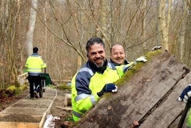 Naturnära jobbare byter spång. Foto: Länsstyrelsen Skåne