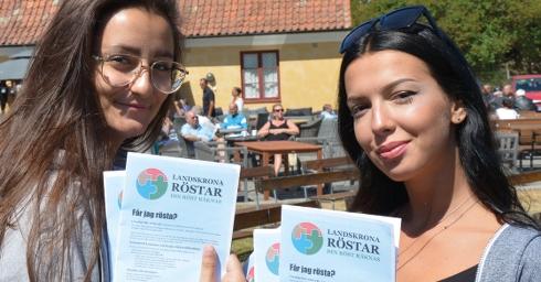 Två ungdomar med flyers med valinformation