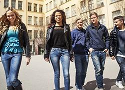 En grupp ungdomar promenerar i vårsolen