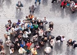 Folksamling p� ett torg, tagen uppifr�n