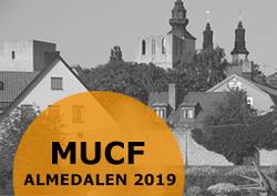Svartvit bild på Almedalen, med texten MUCF i Almedalen 2019 på orange botten