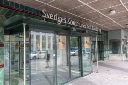 Bild på entrédörren till Sveriges Kommuner och landstings huvudkontor, glasdörrar. Foto: Sten-Åke Stenberg Mostphotos