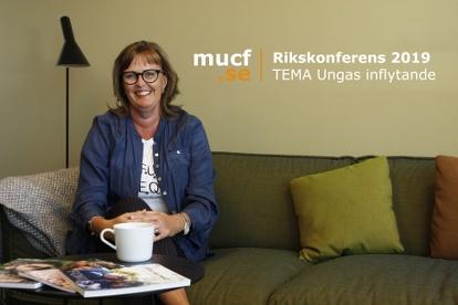 Bild p� Victoria Carlsson Wahlgren i en soffa vid ett bord med MUCF-rapporter