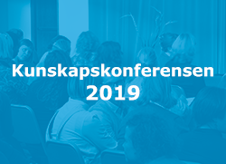 Texten Kunskapskonferensen 2019 p� bl�tonat foto �ver f�rel�sningssituation.