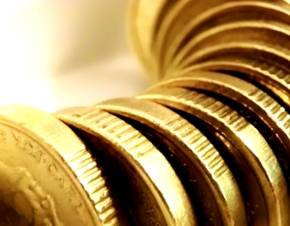 En l�ng rad gl�nsande mynt