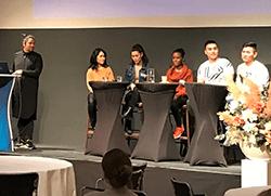 Moderator Jorge Maria Londo�o tillsammans med panel av fem unga som �r nya i Sverige p� scenen.