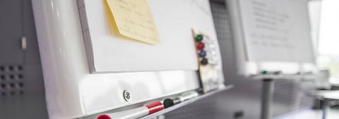 Blädderblock med pennor och lappar på.