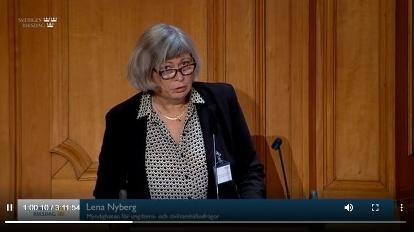 Bild på Lena Nyberg från riksdagens webbsändning av den öppna utfrågningen