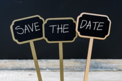 En bild på tre skyltar med orden Save the Date