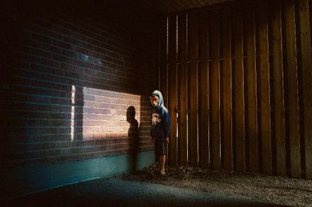 """Bild från utställningen """"I ett annat ljus – alla kan bidra till förändring"""". Personen på bilden är en modell. Foto: Mars & Kwon."""