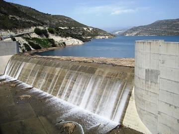 Dammen Kouris på Cypern. Foto: Shell from Limassol, Cyprus, Kouris Dam - overflow day 8 April 2012, CC BY-SA 2.0
