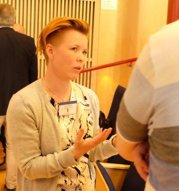 Projektledare Jenny Enberg diskuterar handboken under en workshop.