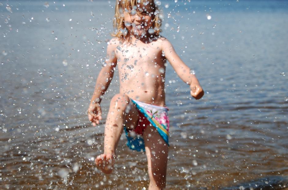 Pojke vid vatten. Foto: Amelie Wintzell