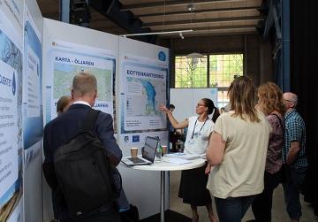 Linda Aldebert, miljöstrateg i Katrineholms kommun, berättar om åtgärderna mot internbelastning i sjön Öljaren.