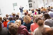 Publik som lyssnar.