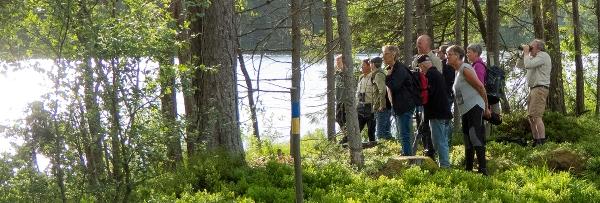 En grupp människor tittar ut över ett vatten. Foto: Peter Nolbrant.