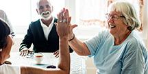 To glade personer som gir hverandre high five. Foto