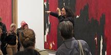 Debra Cole guider på tegnspråk på Metropolitan Museum. Foto