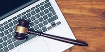 En dommerklubbe som ligger på en laptop. Foto