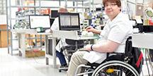 En rullestolbruker som gransker universell utforming. Foto