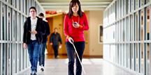 Chieko Asakawa som går i en korridor. Foto
