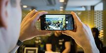 En person som tar bilder med smarttelefon. Foto