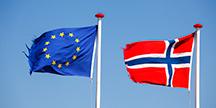EUs og Norges flagg. Foto