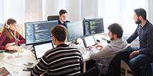 Ett team av webbutvecklare i arbete. Foto