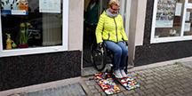 Rita Ebel tester ut rullestolrampen hun laget ut av Lego. Foto