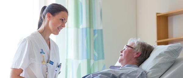 Sjuksköterska och äldre kvinna