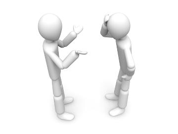Två personer samtalar