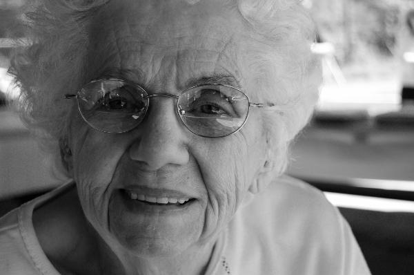 Bild på gammal kvinna. Fotograf: Todd Cravens på Unsplash.com