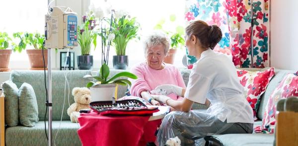Injektion eller provtagning på äldre kvinna