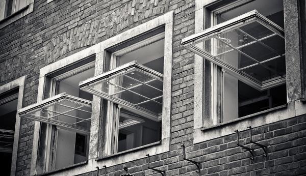 Vägg med öppna fönster