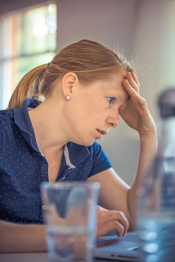 Kvinna i djupa tankar (foto av Pexels på Pixabay.com)