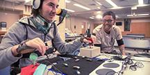 Xbox Adaptive Controller och en spelare med begränsad rörlighet. Foto