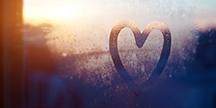 Ett hjärta ritat på en immig glasruta. Foto