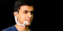 En ny teknikenhet som bärs i ansiktet använder subvokalisering för att kommunicera med datorer. Foto