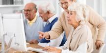Seniorer hjälper varandra med IT. Foto