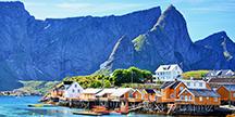 En vik med hus vid Lofoten i Norge. Foto