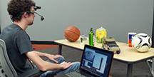 Test av ett headset med en ögonstyrningsprototyp. Foto