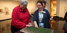 Rachel Straughn-Navarro vid Spencer Museum leder en taktil rundvandring vid en utställning. Foto