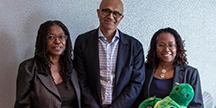 Microsofts Vd Satya Nadella med Zyrobotics Vd, Dr. Johnetta MacCalla och teknikchef, Dr. Ayanna Howard. Foto