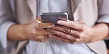 En person som använder en smartphone. Foto
