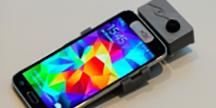 En smartphone med en neuromorf-kamera tillkopplad. Foto