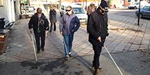 Två personer genomför Funkas inlevelselvning som synskadade. Foto