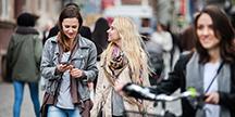 Personer som går på en gata. Foto