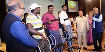 En demonstration som visar hur den stående rullstolen fungerar. Foto